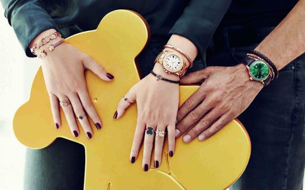 Modelos lucen joyas Tous en sus manos mientras sostienen el emblemático oso Tous.